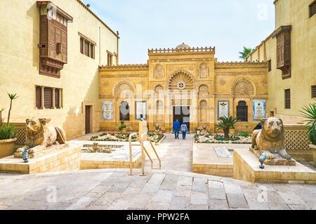 Le CAIRE, ÉGYPTE - Le 23 décembre 2017: La belle entrée du Musée Copte décorée de motifs sculptés et des sculptures des lions devant elle - Banque D'Images