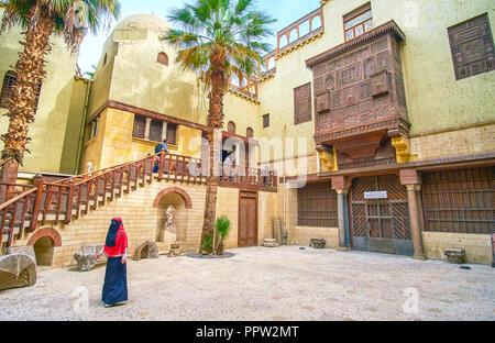 Le CAIRE, ÉGYPTE - Le 23 décembre 2017: les touristes musulmans dans la cour du Musée Copte, le 23 décembre au Caire Banque D'Images