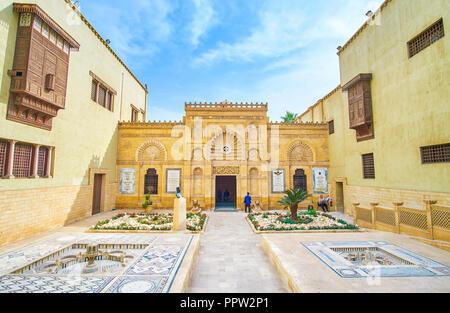 Le CAIRE, ÉGYPTE - Le 23 décembre 2017: La façade de l'entrée principale du Musée Copte avec beau décor sculpté en style arabe, sur Décembre Banque D'Images