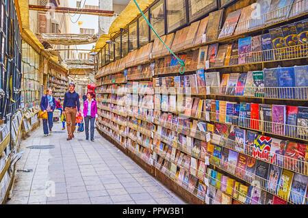 Le CAIRE, ÉGYPTE - Le 23 décembre 2017: l'étroite historique des rues du vieux quartier copte de nos jours sert de galeries commerciales propose des souvenirs et Banque D'Images
