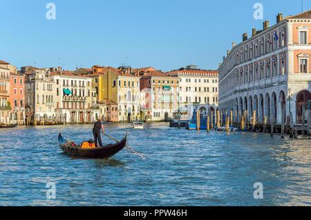 Venise, Italie: belle vue avec un gondolier sur le Grand Canal près de Marché aux poissons du Rialto