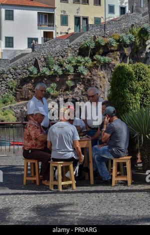 Vieil homme jouer aux cartes Banque D'Images