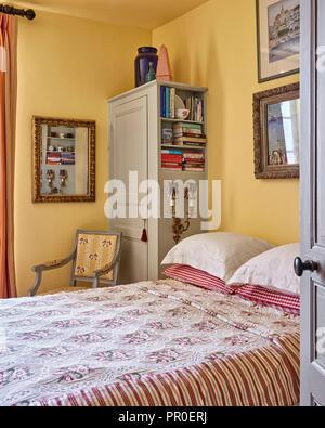 Les illustrations encadrées par Deliss famille au-dessus de lit double avec placards Banque D'Images