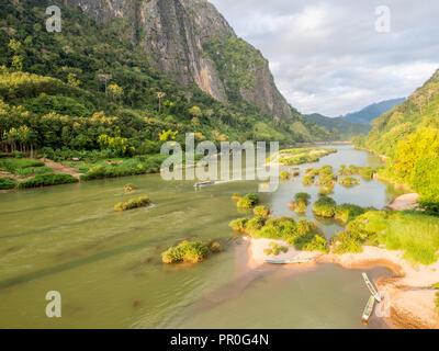 Vue des montagnes et de la rivière Nam Ou, Nong Khiaw, Laos, Indochine, Asie du Sud-Est, l'Asie Banque D'Images