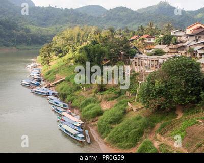 Bateaux sur la rivière Nam Ou, Nong Khiaw, Laos, Indochine, Asie du Sud-Est, l'Asie Banque D'Images