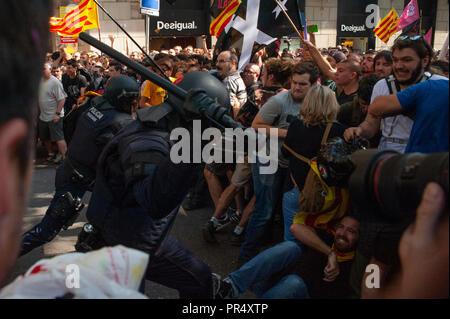 Barcelone. 29 Septembre, 2018. La Catalogne des partisans de l'indépendance du conflit avec les Mossos d'Esquadra policiers comme ils protestent contre une manifestation pour commémorer leur opération pour empêcher la Catalogne 2017 Référendum sur l'indépendance. Crédit: Charlie Pérez / Alamy Live News
