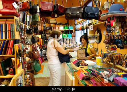 Woman shopping for maroquinerie dans une boutique italienne ; Montalcino, Toscane Italie Europe Banque D'Images