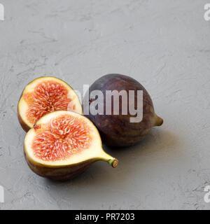 Figues fraîches sur fond gris, vue de côté. Libre. Banque D'Images