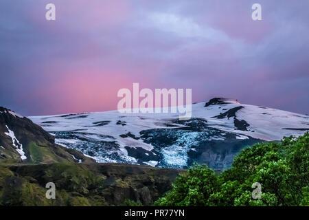 La partie supérieure de l'Eyjafjallajokull glacier et le volcan à minuit au solstice d'été, Thorsmork , Highlands de l'Islande à l'extrémité sud de la f Banque D'Images
