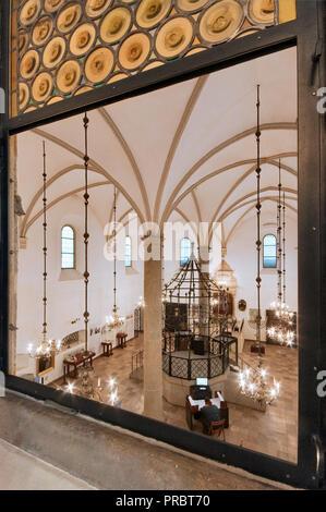 Intérieur de l'ancienne synagogue, vue du balcon, femmes en prière, le quartier juif de Kazimierz, à Cracovie, Pologne Banque D'Images