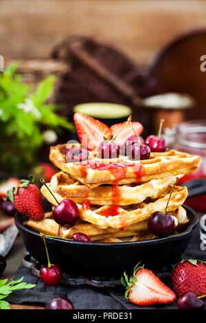 Gaufres Belges avec les baies fraîches et confiture pour le petit déjeuner Banque D'Images