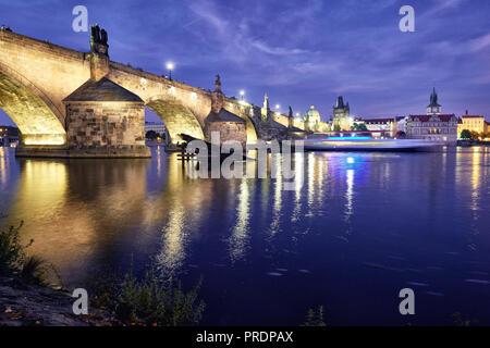 Prague romantique éclairé, Pont Charles reflète dans la Vltava dans la nuit Banque D'Images