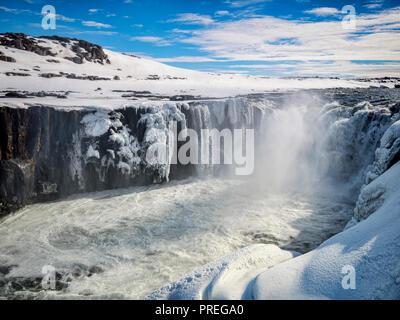 Selfoss waterfall sur la Jokulsa a Fjollum River dans le Nord de l'Islande, en amont de la chute Dettifoss. Banque D'Images