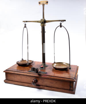 Une vieille échelle en laiton pour peser l'or , isolé sur un fond blanc avec une faible profondeur de foyer Banque D'Images