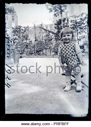 Happy smiling little girl in a park France vers 1920 Banque D'Images
