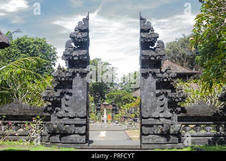 Temple Pura Goa Lawah contre ciel bleu. Grotte de chauves-souris à Bali, Indonésie Banque D'Images