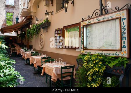 Restaurant dans une ruelle étroite, vieille ville de Sorrente, Péninsule de Sorrente, Golfe de Naples, Campanie, Italie