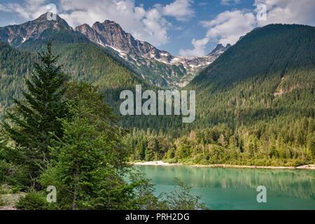 Pyramid Peak, Pinnacle Peak, Paul Bunyans Stump, North Cascades National Park, plus de Diablo, le lac de l'autoroute North Cascades, Washington State, USA Banque D'Images