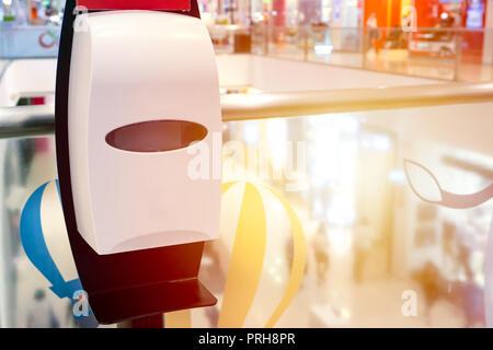 Main automatique distributeur de gel d'alcool endroit plus propre en libre service dans les lieux publics Banque D'Images