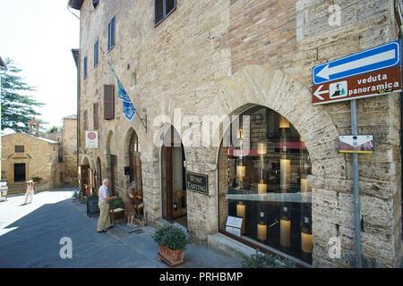 Magasin de vin à Montepulciano, province de Sienne, Toscane, Italie Banque D'Images