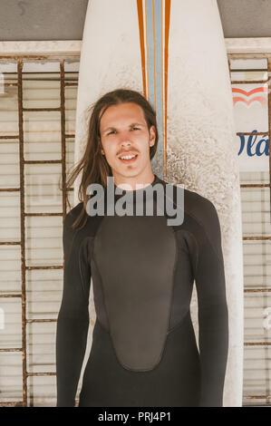 Portrait d'un homme aux cheveux longs en combinaison avec voile looking at camera Banque D'Images