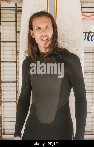 Portrait d'un homme aux cheveux longs en combinaison avec voile à la suite Banque D'Images