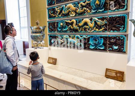Londres Angleterre Royaume-Uni Grande-bretagne Bloomsbury Le British Museum de l'histoire culture galerie intérieur carreaux émaillés dragon dynastie Ming ston Banque D'Images
