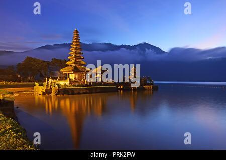 Lever de soleil sur beau Pura Ulun Danu Bratan temple à Bali Indonésie Banque D'Images