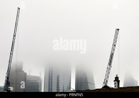 Londres, Royaume-Uni. 4 octobre, 2018. Grues en face d'une couche de brouillard qui obscurcit l'horizon de la ville de Londres. Crédit: Kevin Frost/Alamy Live News Banque D'Images