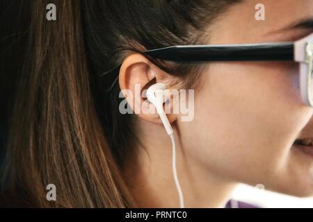 Close-up of a Girl with headphones écouter de la musique ou un podcast. Banque D'Images