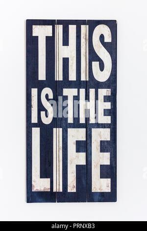 C'est la vie/ Imprimé peint sur la surface en bois noir rustique et lettrage blanc, isolé sur fond blanc Banque D'Images