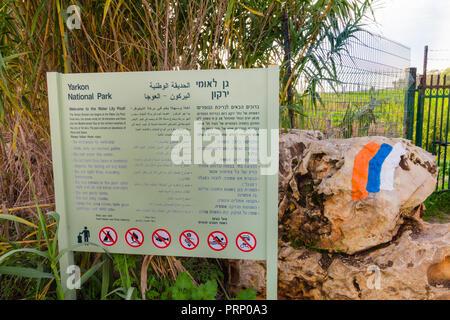 Signe de l'eau Lily Pool dans le parc national du Yarkon. Sur le panneau il y a de l'information et de règles de conduite qui doivent exister dans la région. Près de il pa Banque D'Images