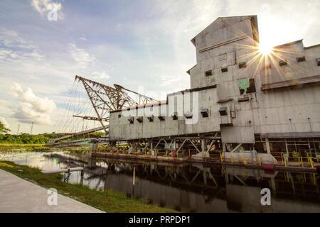 Aspect extérieur d'un étain restant au Perak, Malaisie dragues, c'est par la société d'ingénierie de conception britannique en ligne godet pendant le dragage des années 1930, les Banque D'Images