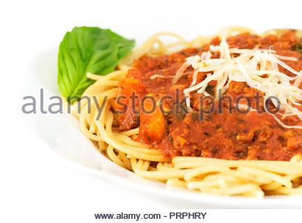 Bol de spaghetti de blé entier et la sauce: la dinde, basilic frais, sauce tomate, poivrons, oignons, champignons, ail, huile d'olive et l'italien mer Banque D'Images