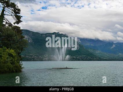Le lac d'Annecy est alimenté par des sources de montagne et connue pour son eau propre. À son extrémité Nord, Annecy possède une vieille ville médiévale avec ses canaux et ses ponts.