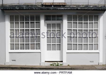 Sur l'image avant d'une façade double avec stores vénitiens horizontaux, Cerne Abbas, Dorset, England, UK Banque D'Images