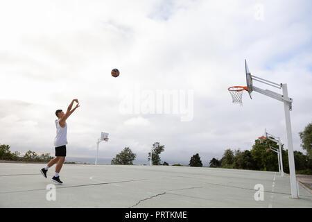 Les adolescents de sexe masculin de basket-ball Basket-ball balle vers jeter Banque D'Images