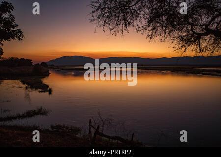 Coucher de soleil sur le fleuve Zambèze, Mana Pools, Zimbabwe Banque D'Images