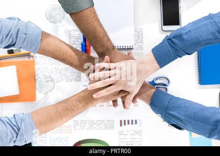 Close-up vue partielle de l'empilement d'affaires tout en travaillant sur les mains ensemble, projet d'équipe business concept Banque D'Images