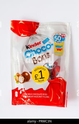 Lait et Choco-Bons Kinder chocolat au lait noisettes fines piqûres avec un remplissage de noisette laiteuse isolé sur fond blanc Banque D'Images