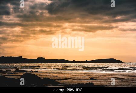 Magnifique coucher de soleil de la plage à Watergate Bay à la pointe de l'Newqauy vers l'hôtel, Cornwall, England, UK Banque D'Images