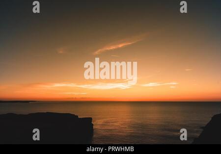 Coucher du soleil le long de la côte nord des Cornouailles à Mawgan Porth près de Newquay, Cornwall, England, UK Banque D'Images