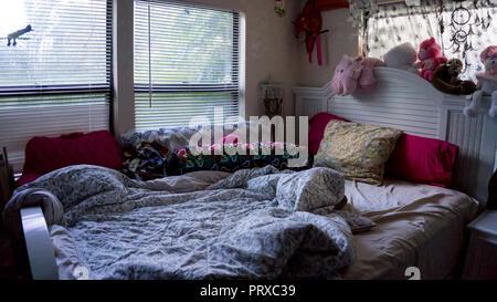 Unmade Vide Girly Jeune Femme Fille Chambre A Coucher Avec De