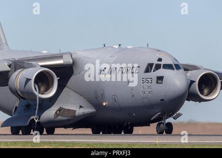 United States Air Force (USAF) Boeing C-17A Globemaster III des avions de transport militaires 05-5153 du 535e Escadron de transport aérien, 15e Escadre de transport aérien bas