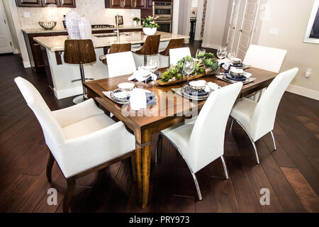 Table de salle à manger et chaises dans une cuisine moderne Banque D'Images