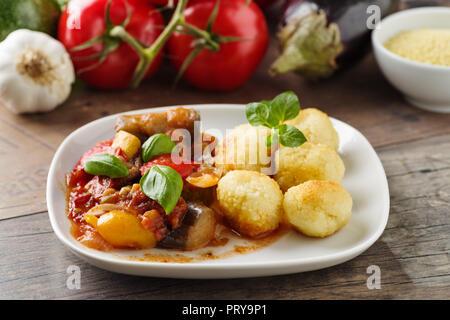 Ratatouille - Ragoût de légumes à la française avec tomotoes, aubergines, courgettes et poivrons. Servi avec des boules de couscous Banque D'Images