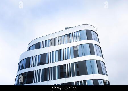 Pologne, Cracovie, façade d'immeuble de bureaux modernes Banque D'Images