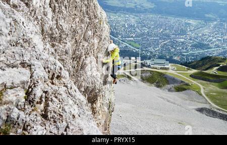 L'Autriche, Innsbruck Nordkette, femme, dans l'escalade de rochers Banque D'Images
