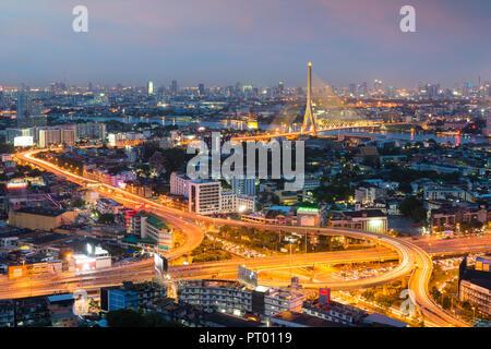 La ville de Bangkok au crépuscule. Paysage du bâtiment d'entreprise autour de centre-ville de Bangkok. Bâtiment moderne dans le quartier des affaires de nuit en Thailande