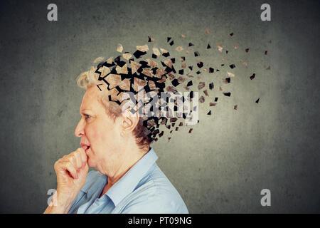 La perte de mémoire en raison de la démence. Hauts femme qui a perdu la tête de confusion comme symbole d'une diminution de l'esprit. Banque D'Images